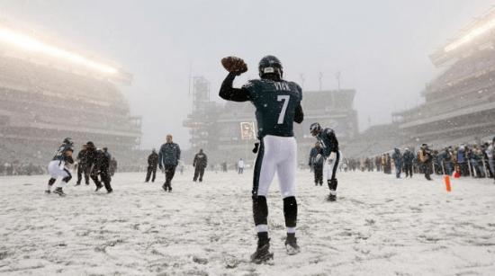 雪の中のアメリカンフットボール