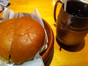 ハンバーガーとアイスコーヒー